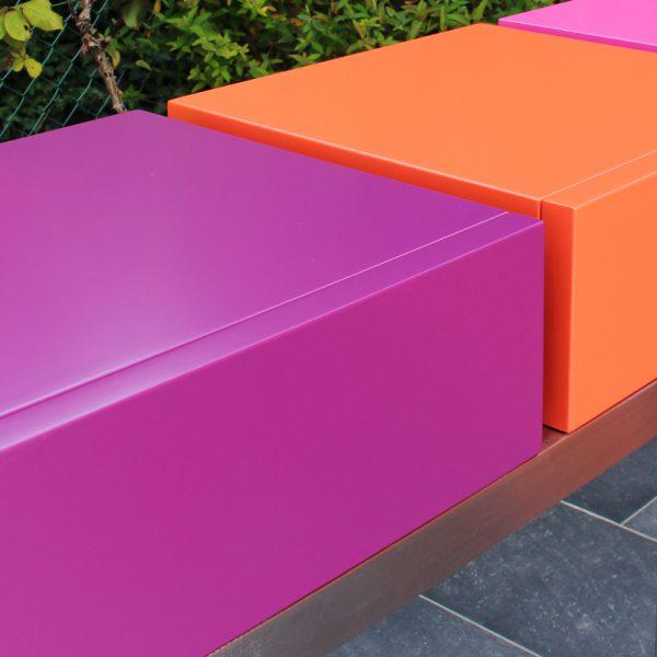 Console moderne décorative avec 3 tiroirs sur mesure à ouverture en façade. Console Pied-Estal avec un piétement en inox brossé. Tiroirs en couleurs finition laque contemporaine satinée, couleurs aubergine, orange pop, fuchsia. Photo détail vue avant