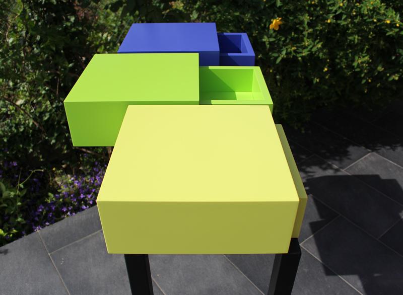 Console moderne graphique design sur mesure pied en acier noir et cubes tiroirs laqués couleurs bleu indigo, vert pistache et jaune lime. Console avec 3 tiroirs. Mobilier Les Pieds Sur La Table créateur et fabricant de meubles contemporains design sur mesure