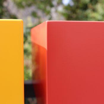 Console design sur-mesure, zoom sur les cubes laqués jaune soleil intense et orange pop. Finition haut de gamme en laque contemporaine satinée multicouches. Mobilier Les Pieds Sur La Table créateur et fabricant de meubles contemporains design sur mesure.