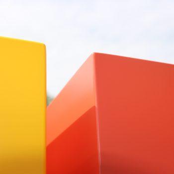 Console design sur-mesure, zoom sur les cubes laqués jaune soleil intense et orange pop. Finition haut de gamme en laque contemporaine satinée. Mobilier Les Pieds Sur La Table créateur et fabricant de meubles contemporains design sur mesure.