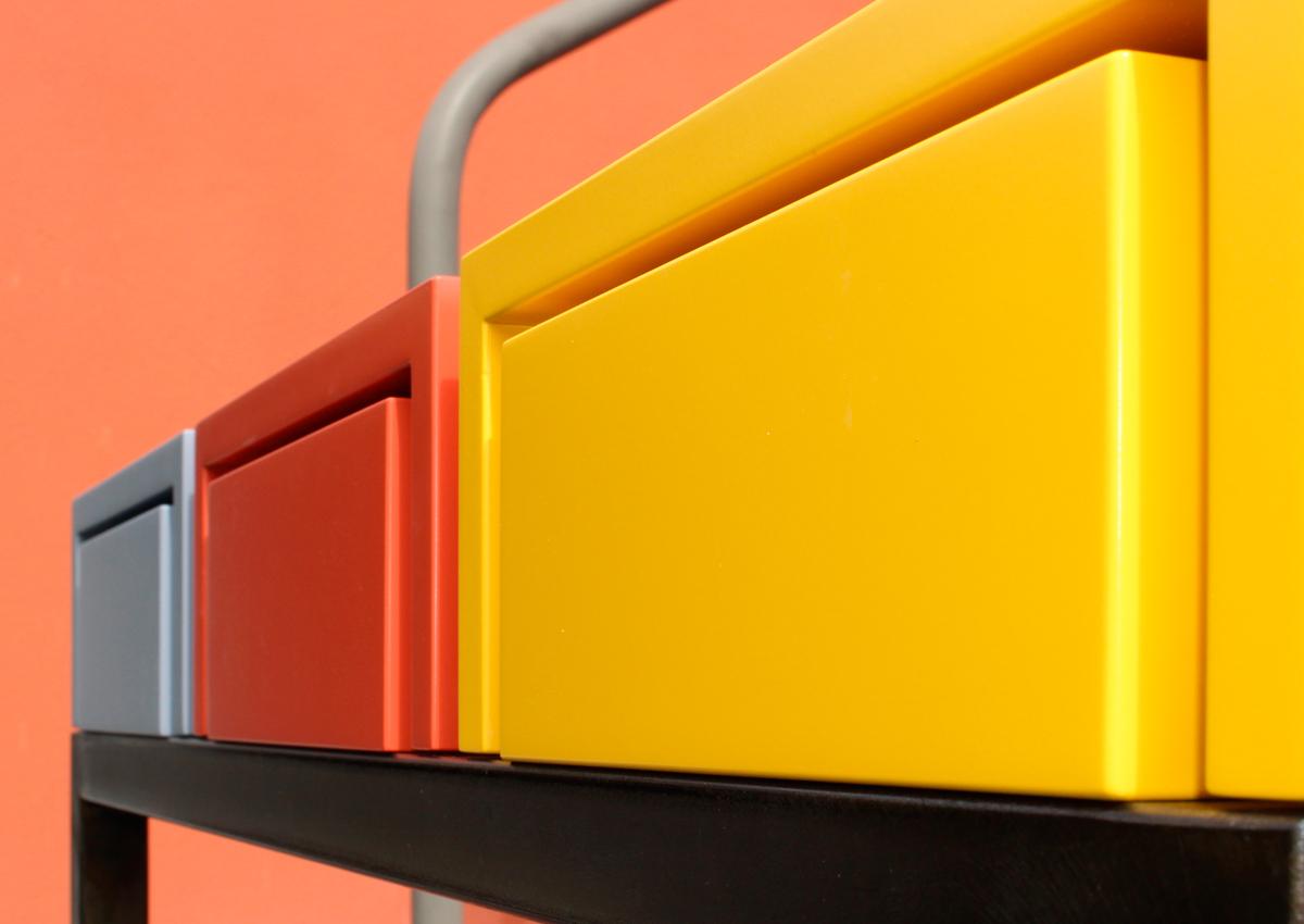 Console design sur-mesure, vue arrière de la console et des tiroirs. Mobilier Les Pieds Sur La Table créateur et fabricant de meubles contemporains design sur mesure. Page accueil