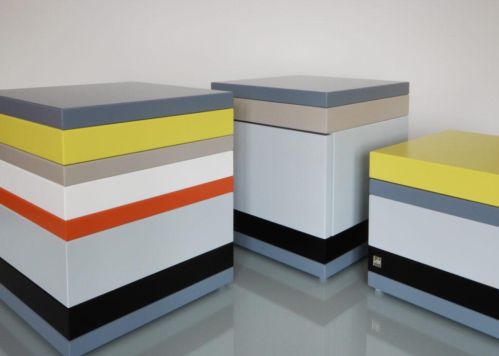 ensemble de coffres de rangement laqué couleurs sur mesure jaune, orange pop, gris béton blanc , design et fabrication mobilier Les Pieds Sur La Table