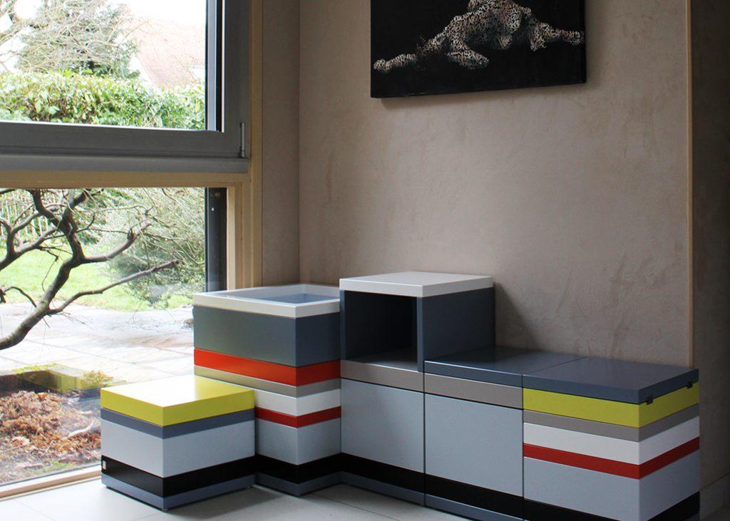 coffres de rangement sur mesure laqué couleurs sur mesure jaune, orange pop, gris béton blanc , design et fabrication mobilier Les Pieds Sur La Table