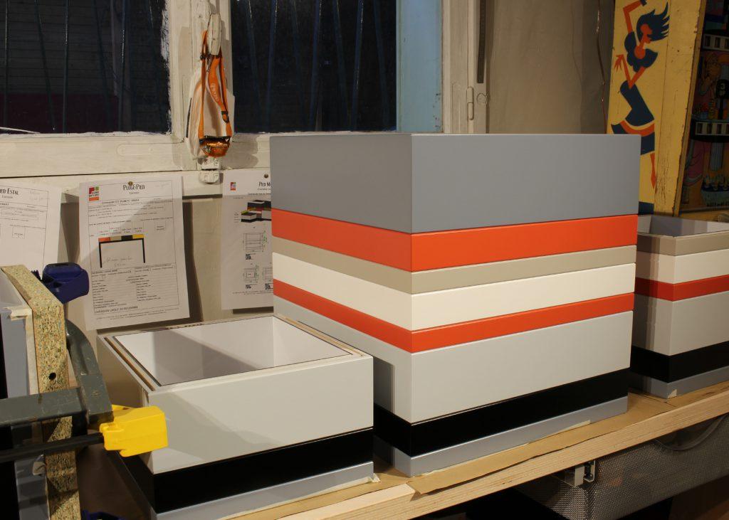 Coffres de rangement sur mesure Pied-Monté, bois laqué en couleurs sur mesure, mobilier Les Pieds Sur La Table, atelier