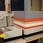 coffre de rangement laqué grand format couleurs sur mesure orange pop gris béton blanc , design et fabrication mobilier Les Pieds Sur La Table, atelier