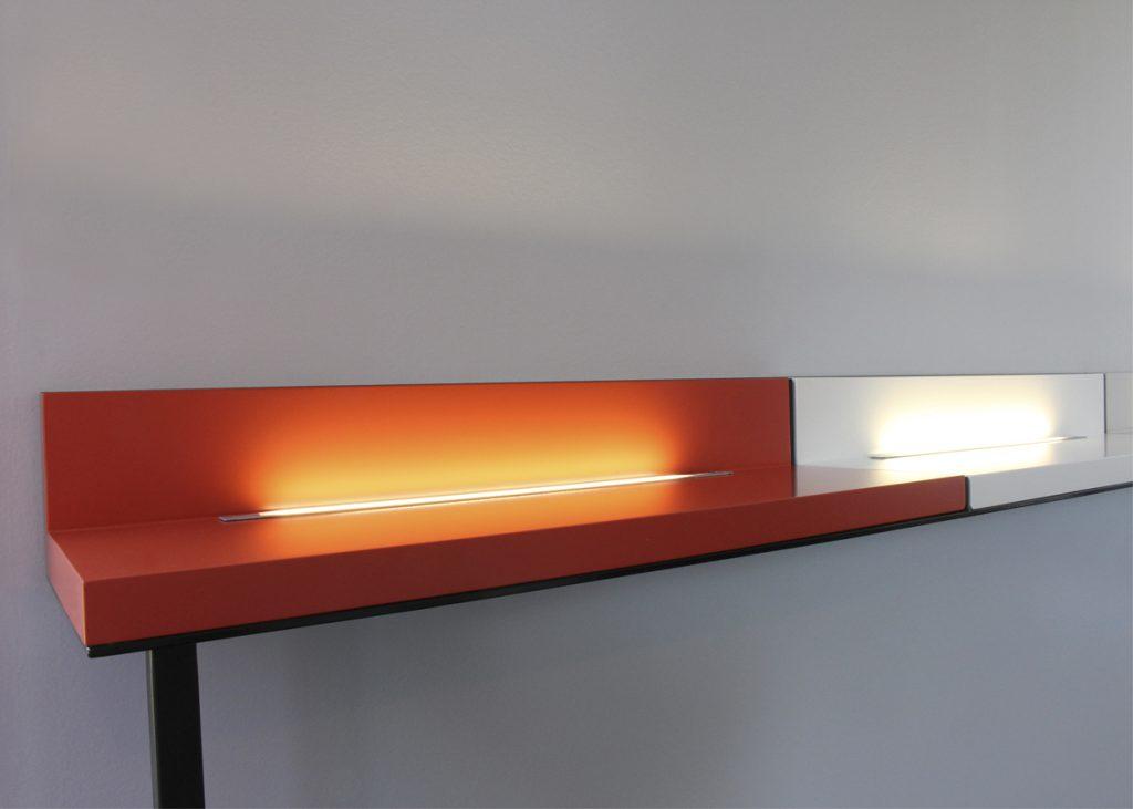 Etagère lumineuse sur mesure pour une salle de réunion, acier et bois laqué, création et fabrication sur mesure par Les Pieds Sur La Table mobilier