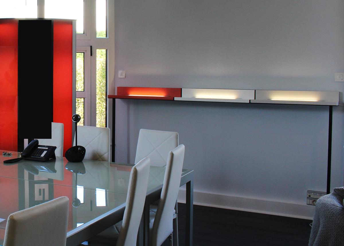 Etagère lumineuse sur mesure pour une salle de réunion d'entreprise, acier et bois laqué, création et fabrication sur mesure par Les Pieds Sur La Table mobilier