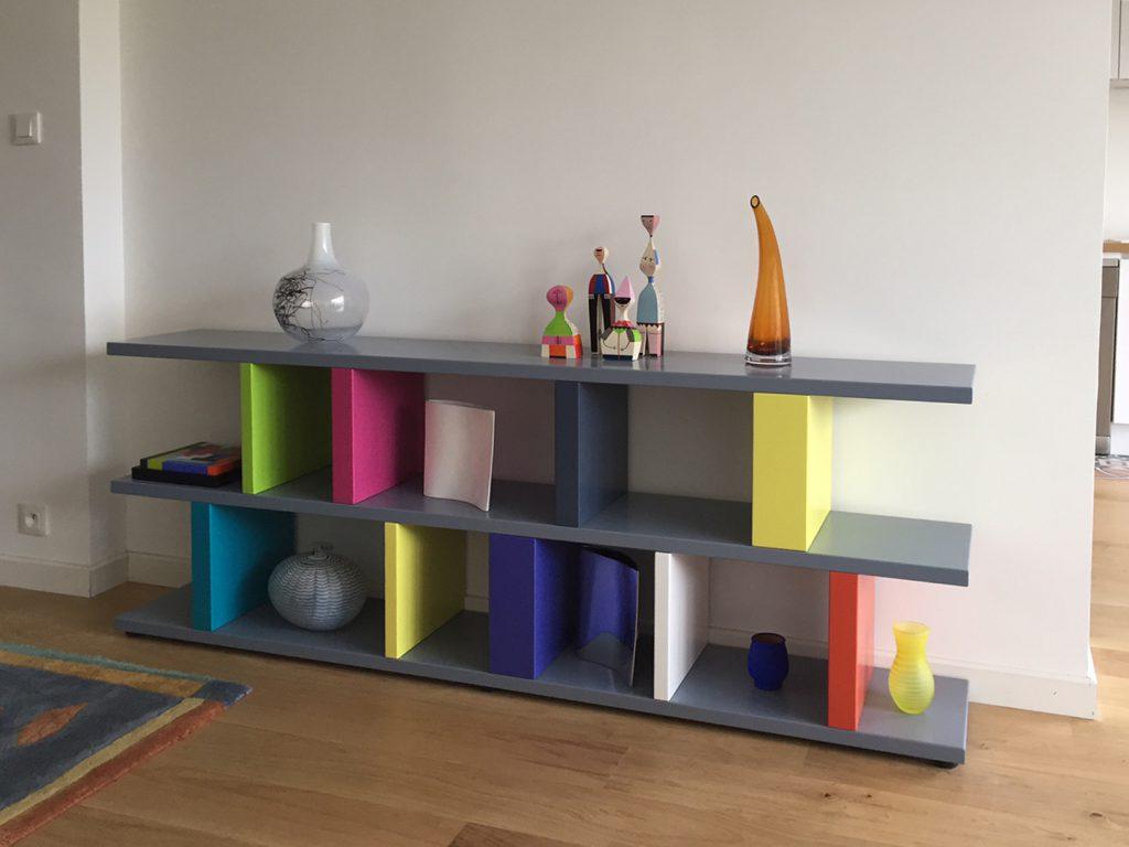 bibliothèque étagère multicolore sur mesure réalisée dans l'esprit d'Ettore Sottsass par le mobilier Les Pieds Sur La Table