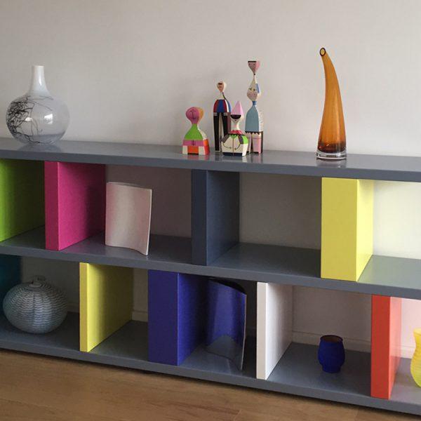 bibliothèque étagère modulable multicolore sur mesure réalisée dans l'esprit d'Ettore Sottsass par le mobilier Les Pieds Sur La Table