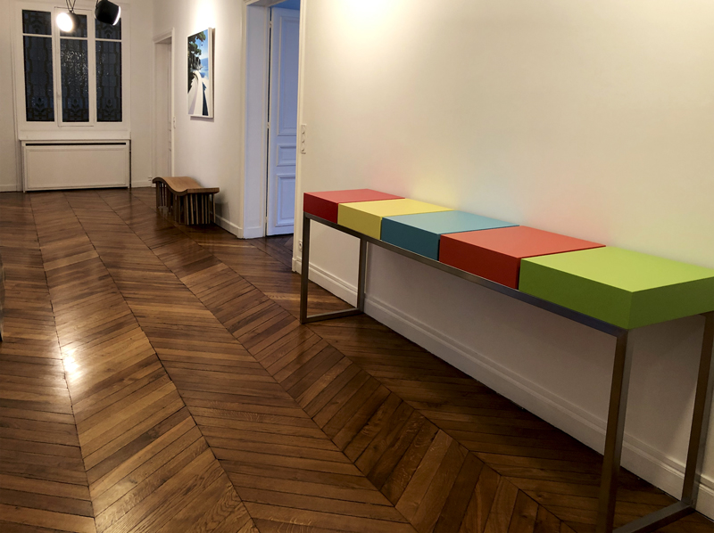 Grande console design réalisée pour un appartement parisien. Console moderne d'entrée laquée Pied-Estal. Mobilier Les Pieds Sur La Table créateur et fabricant de meubles contemporains design sur mesure.