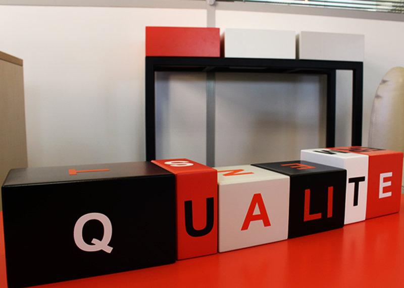 objets de communication artistiques, jeux de cubes animés personnalisés aux valeurs d'entreprise. Création sur mesure par mobilier Les Pieds Sur La Table