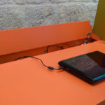 bureau connecté avec prises électriques et rangement Co-Pied mobilier Les Pieds Sur La Table détail