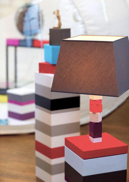 lampe graphique cubes en couleurs Pied-Jeu mobilier Les Pieds Sur La Table exposition