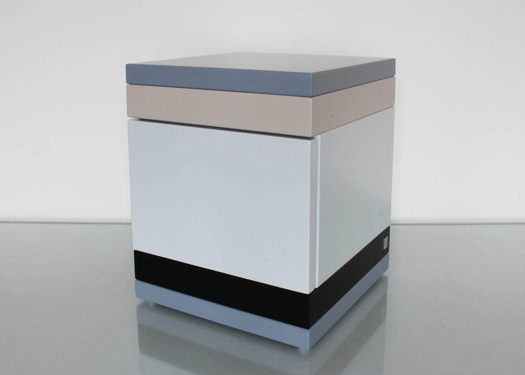 chevet avec un tiroir, modèle laqué gris et noir, petit format, design mobilier Les Pieds Sur La Table, fermé
