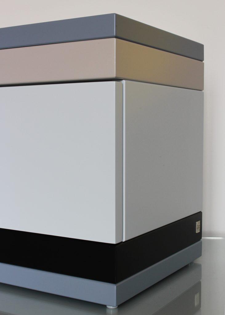chevet avec un tiroir, modèle laqué gris et noir, petit format, design mobilier Les Pieds Sur La Table, détail