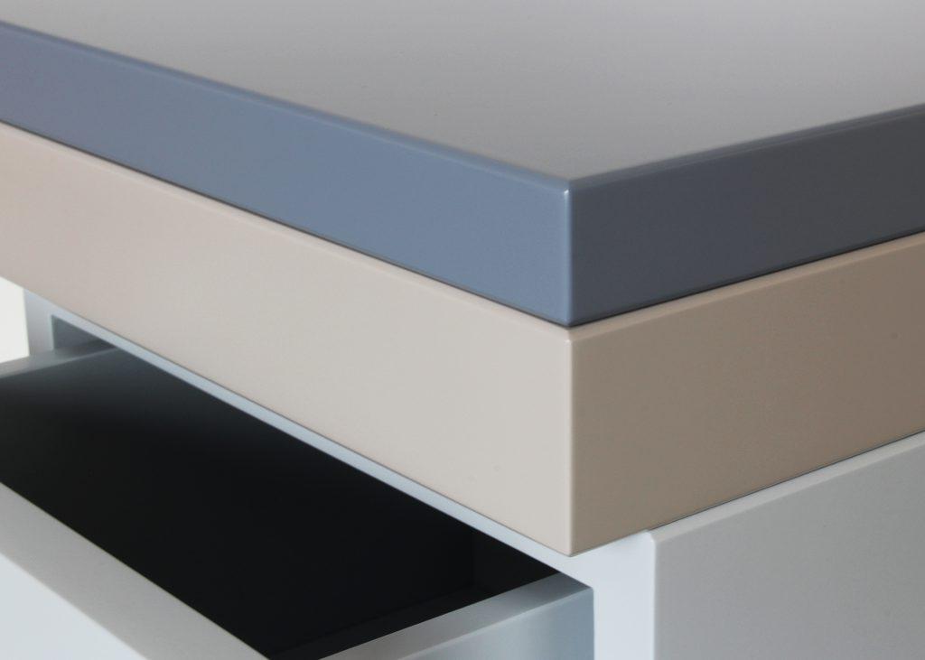 chevet avec un tiroir, modèle laqué gris et noir, petit format, design mobilier Les Pieds Sur La Table, zoom