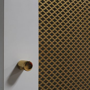 Meuble mini bar Repose bagages sur mesure chambre témoin Hôtel Mercure-mobilier-design-Les-Pieds-Sur-la-Table-photo atelier détail tôle perforée laiton