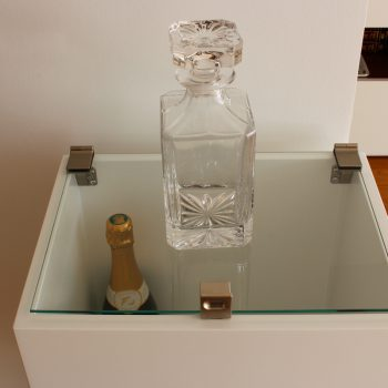 Mini bar sur mesure en inox et bois laqué, coordonnée à la console design Plug&Pied. Collection de meubles contemporains Les Pieds Sur La Table, création et fabrication sur mesure française
