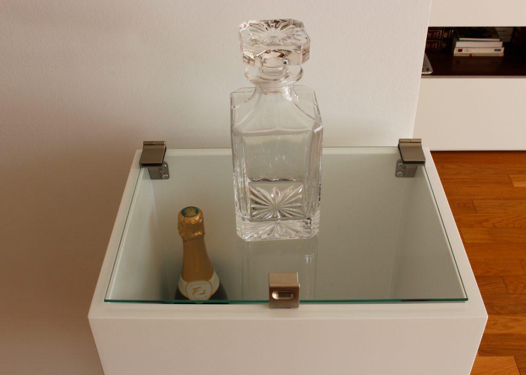 Mini bar design sur mesure en inox, bois laqué et couvercle en verre, coordonnée à la console design Plug&Pied. Collection de meubles contemporains Les Pieds Sur La Table, création et fabrication sur mesure française