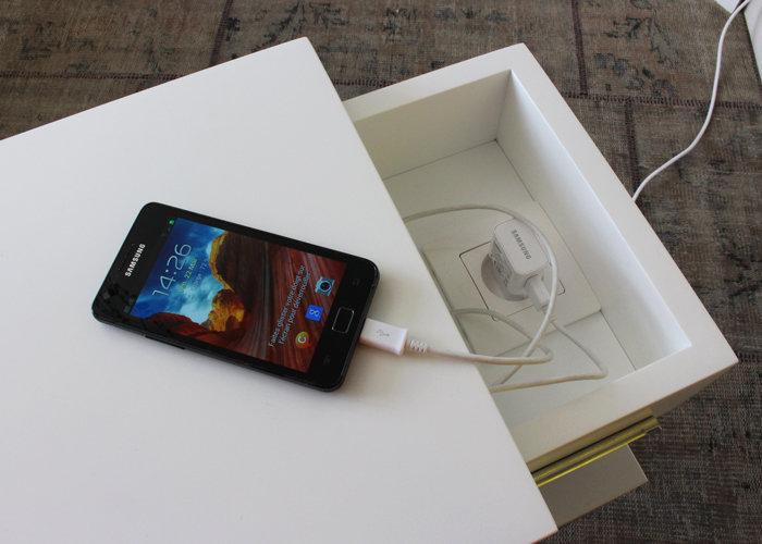 Console design laquée connectée monocube Plug and Pied mobilier Les Pieds Sur La Table détail prise électrique intégrée
