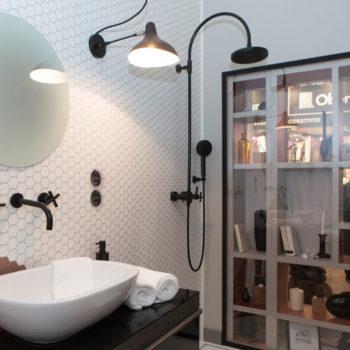 mobilier chambre hotel prototype vitrine design Chambre 306 mobilier Les Pieds Sur La Table salle de bain