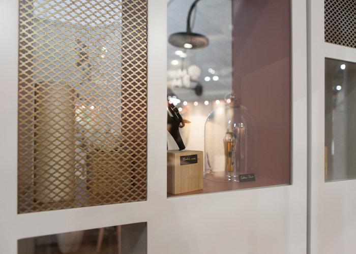 Prototype Vitrine Et Dressing Pour Hôtellerie Par Les Pieds Sur La Table