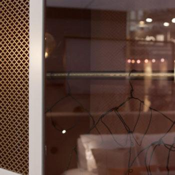 mobilier chambre hotel prototype dressing Chambre 306 mobilier Les Pieds Sur La Table détail tole perforée