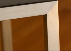 console connectée design Plug and Pied mobilier Les Pieds Sur La Table détail finition inox brossé coupe d'onglet