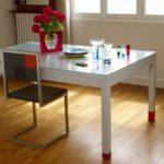 chaise de repas design Pied-Tine inox et dossier en damier gris orange par Les Pieds Sur la Table