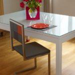 chaise de repas design Pied-Tine dossier en damier gris orange par Les Pieds Sur la Table