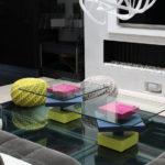 table basse laquée sur mesure en couleurs fuchsia gris jaune et verre carré Pied G Uno mobilier modulable Les Pieds Sur La Table réalisation maison