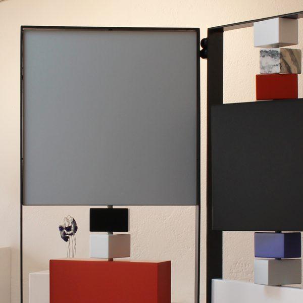 paravent contemporain acier marbre avec 2 vanteaux. Modèle Tournis-Pied paravent sur mesure. Création et fabrication meubles design Les Pieds Sur La Table détails