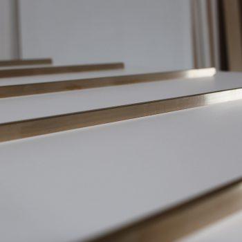 Repose bagages sur mesure chambre témoin Hôtel Mercure-mobilier-design-Les-Pieds-Sur-la-Table-photo atelier, détail barres laiton-2