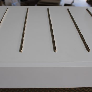 Repose bagages sur mesure chambre témoin Hôtel Mercure-mobilier-design-Les-Pieds-Sur-la-Table-photo atelier, détail barres laiton