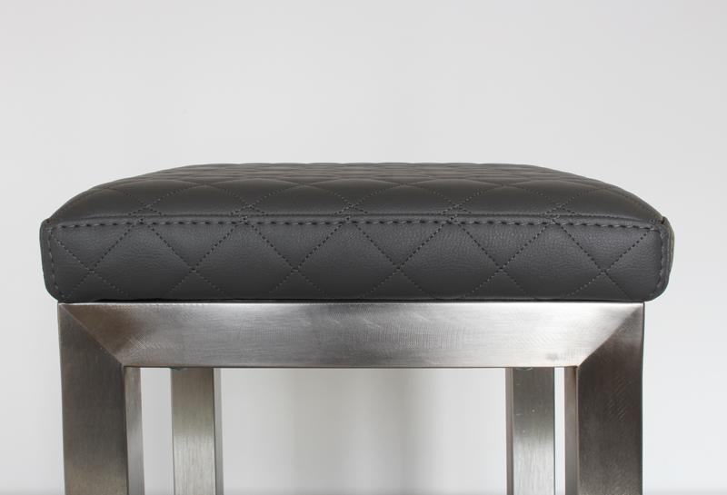 Pouf design tapissé sur mesure avec un pied en inox brossé. Création et fabrication mobilier design Les Pieds Sur La Table - détail