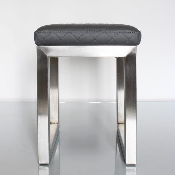 Tabouret Pouf design tapissé sur mesure avec un pied en inox brossé. Création et fabrication mobilier design Les Pieds Sur La Table