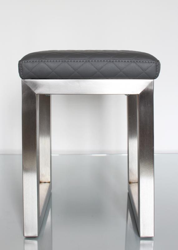 Pouf design tapissé sur mesure avec un pied en inox brossé. Création et fabrication mobilier design Les Pieds Sur La Table