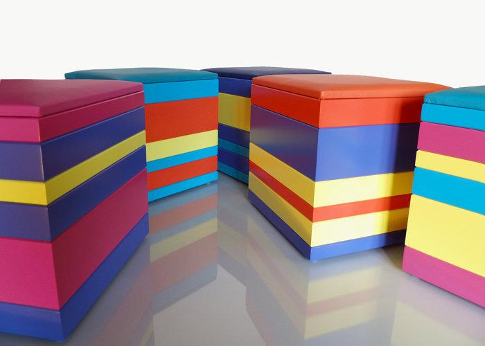 pouf en couleurs multicolores laqués Group-Pied par Les Pieds Sur la Table