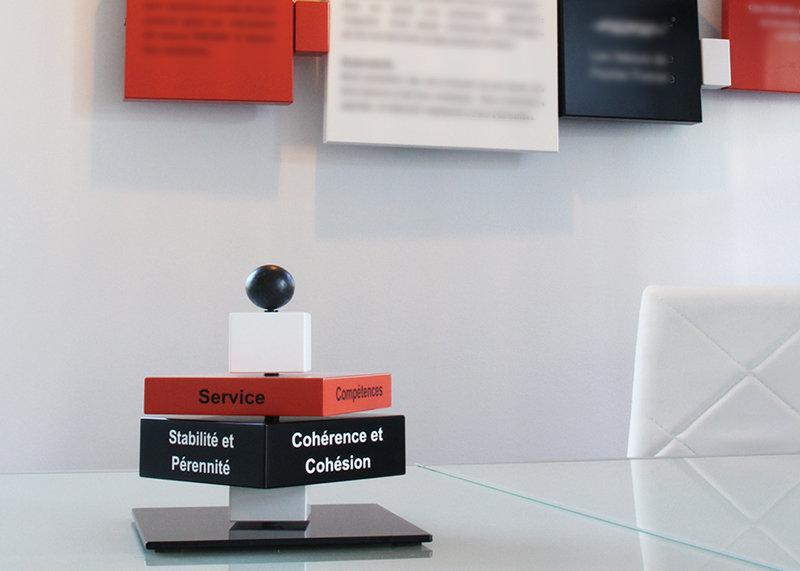 Sculpture animée objets de communication artistiques d'entreprise, acier et laque, Création sur mesure par Les Pieds Sur La Table