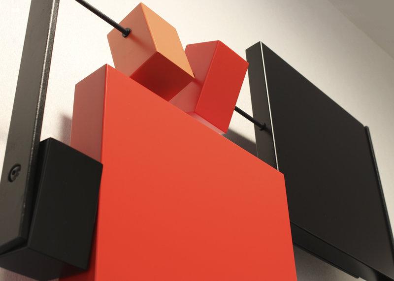 sculpture murale graphique animée horizontale cubes noir rouge Pas-Pied-Peint Mobilier Les Pieds Sur La Table détail