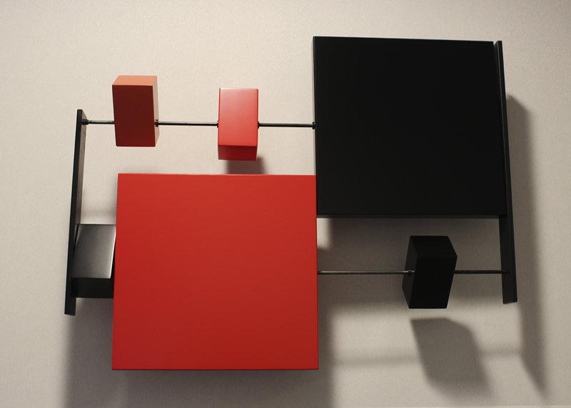 sculpture murale graphique animée horizontale noir rouge et acier Pas-Pied-Peint Mobilier Les Pieds Sur La Table