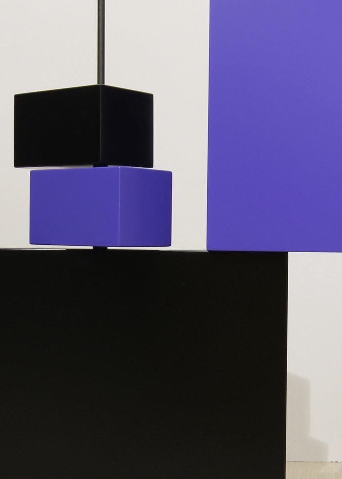 sculpture murale graphique animée verticale noir bleu Pas-Pied-Peint Mobilier Les Pieds Sur La Table modèle original détail