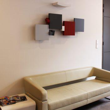 sculpture murale design sur mesure et en couleurs Pas-Pied-Peint , Mobilier Les Pieds Sur La Table pour un hall d'accueil de bureaux