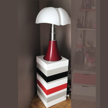 Socle design sur mesure réalisé pour recevoir une lampe pipistrello. Socle laqué Mille-Pied de couleurs blanc neige, terre d'ombre, rouge Paris et noir c'est noir. Mobilier Les PIeds Sur La Table créateur et fabricant de meubles contemporains design sur mesure.