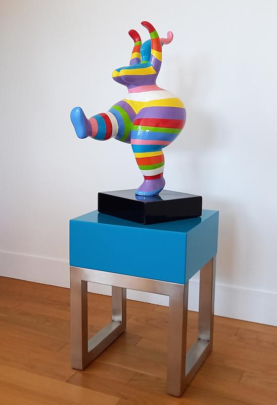 Socle design pour sculpture dessiné et fabriqué sur mesure par Les Pieds Sur La Table : socle en inox brossé et bois laqué de couleur turquoise.