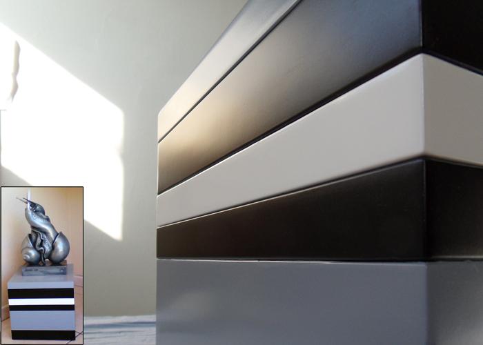 socle pour objet d'art sur mesure laqué noir gris Mille-Pied mobilier Les Pieds Sur La Table réalisation maison