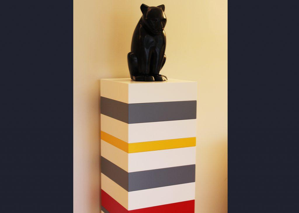 socle pour sculpture sur mesure Mille-Pied laqué. Création et fabrication sur mesure par Les Pieds Sur La Table mobilier contemporain