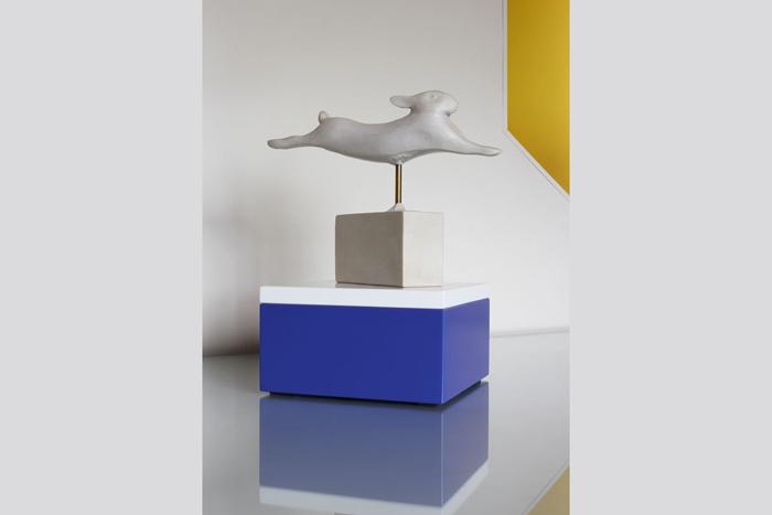 Socle objet dart bleu et blanc en couleurs sur mesure. Mobilier Les Pieds Sur La Table