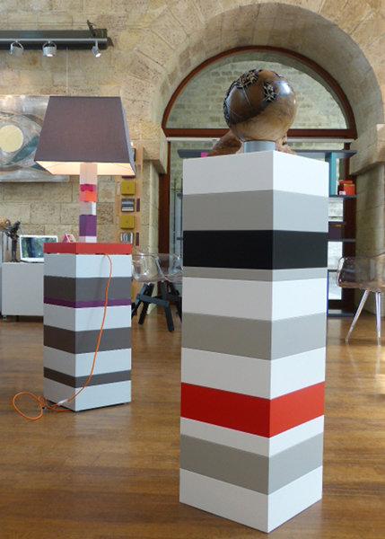 socle pour objet d'art sur mesure blanc gris Mille-Pied grand modèle mobilier Les Pieds Sur La Table exposition