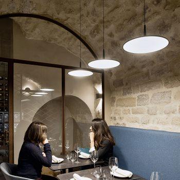 Réalisation d'un ensemble de structures pour un restaurant à Paris, en acier patiné effet rouillé, Mobilier design modulable Les Pieds Sur La Table, cave à vin